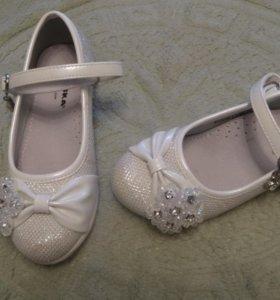 Красивые белые туфельки ,