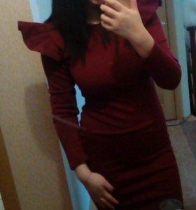 Платье с баской в плечах