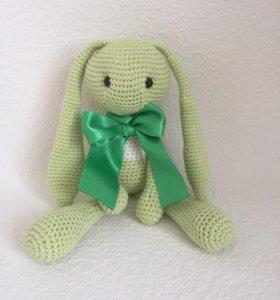 Заяц с зеленым бантом подарочный