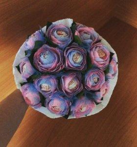 Букет цветов с конфетами рафаэлло.