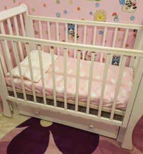Кроватка с маятником в хорошем состоянии
