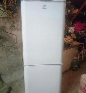 Холодильник Indesit, б/у.