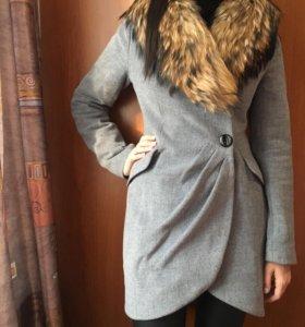 Пальто зимнее с мехом енота