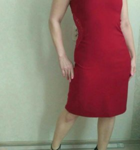 Элегантное красное платье с кружевом