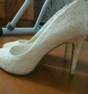 Свадебные туфли с кружевной отделкой