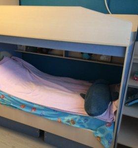 Двухъярусная кровать, шкаф и стол