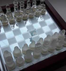 Шахматы из стекла + деревянный кейс