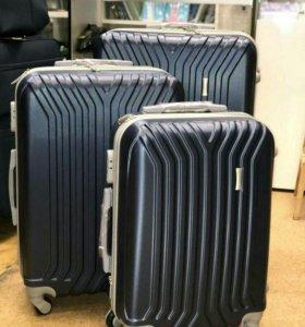Новые пластиковые чемоданы.