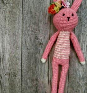 Розовый вязаный зайка