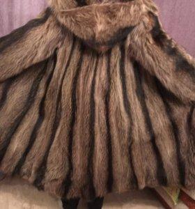 Шуба из енота длинная с двухстор капюшоном.