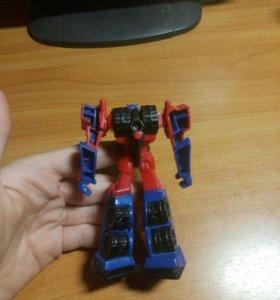 Робот Оптимус с подвижной рукой.