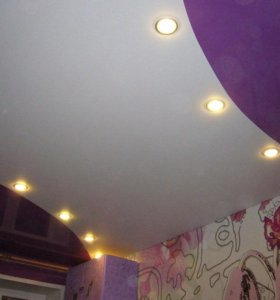 Натяжной потолок со спайкой разных цветов