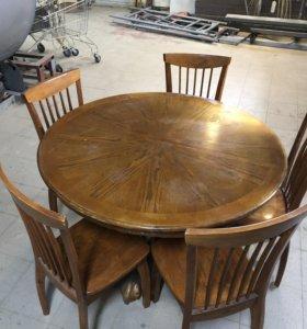 Обеденный стол со стульями.