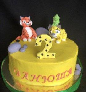 Кремовый торт с фигурками