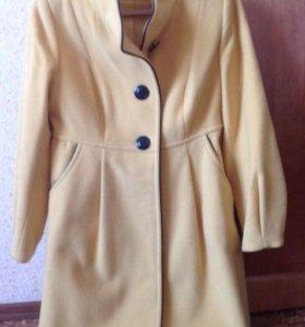 Оригинальное желтое пальтишко модного силуэта
