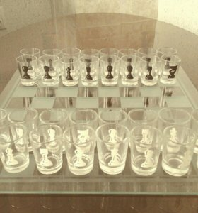 Стеклянная шахматная доска с рюмками