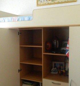 Шкаф, двухъярусная кровать и шифоньер