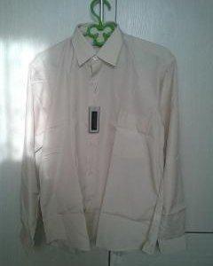 Новая рубашка светло бежевого цвета.