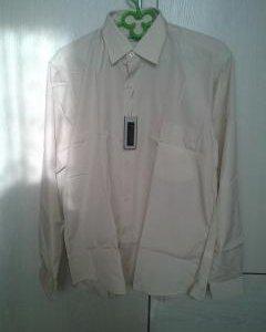 Рубашка однотонная бежевого цвета.