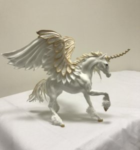 Пегас единорог белый (лошадь с крыльями и рогом)