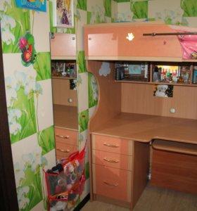 Детская кровать со столом и шкафом