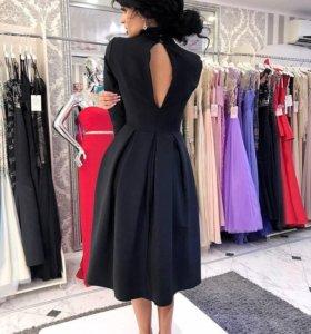 Вечернее платье с вырезом на спине.