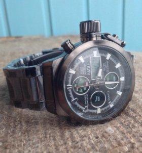 Новые армейские часы с железным ремешком.