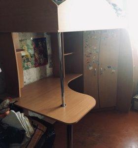 Детский уголок. Двухъярусная кровать, стол, шкаф.