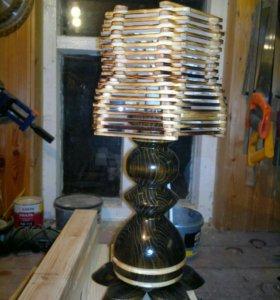 Оригинальный светильник из дерева.