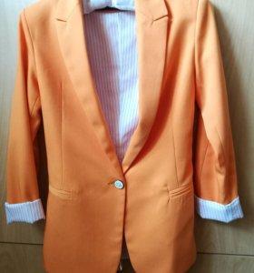 Стильный оранжевый пиджак