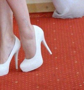 Продаю туфли белые
