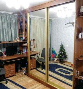 Шкаф-купе и стол