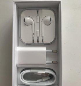 Наушники EarPods, зарядное устройство, usb кабель.