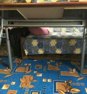 Обеденный стол. Столешница деревянная  со стеклом