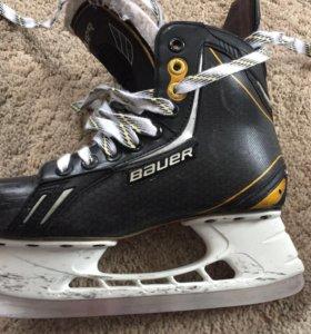 Хоккейные коньки .
