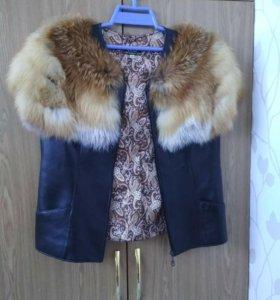 Кожаный жилет с отделкой мехом лисы