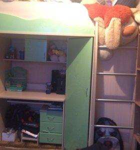 Кровать-чердак со шкафом и столом внизу