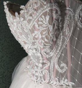 Свадебное платье с розовой ноткой