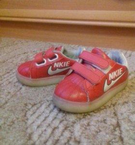 Кроссовки и ботиночки на девочку.