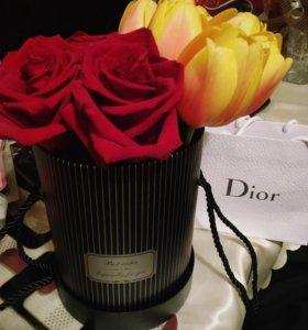 Розы , тюльпаны в шляпной коробке
