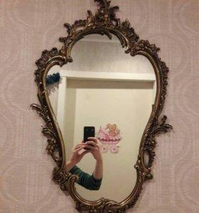Старинное зеркало в бронзовой раме с цветами.