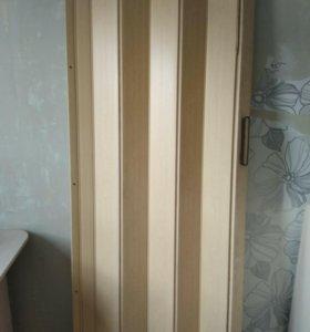 Деревянную дверь и дверь-гармошку.