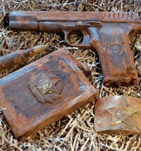 Пистолет, фляжка из шоколада