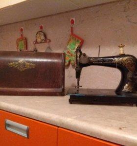 Антикварная швейная машинка