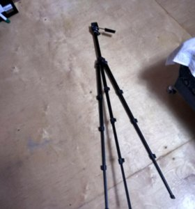 Штатив для фотоаппаратов трех ногий