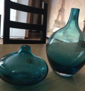 Стеклянные голубые вазы