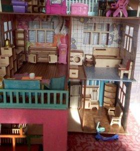 Детский домик для маленьких кукол с мебелью.