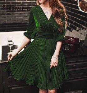 Коктейльное платье изумрудного цвета