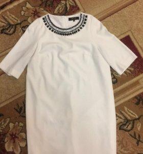 Платье белое с украшением