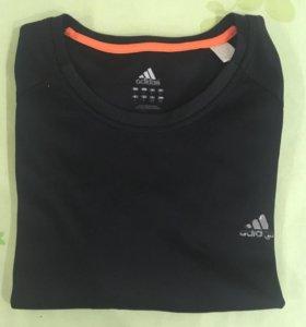 Футболка Adidas для занятия спортом.